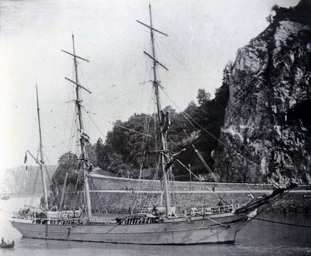 The 'Mandalay' under tow on the Avon River, Bristol, England. Source: WNDHS.