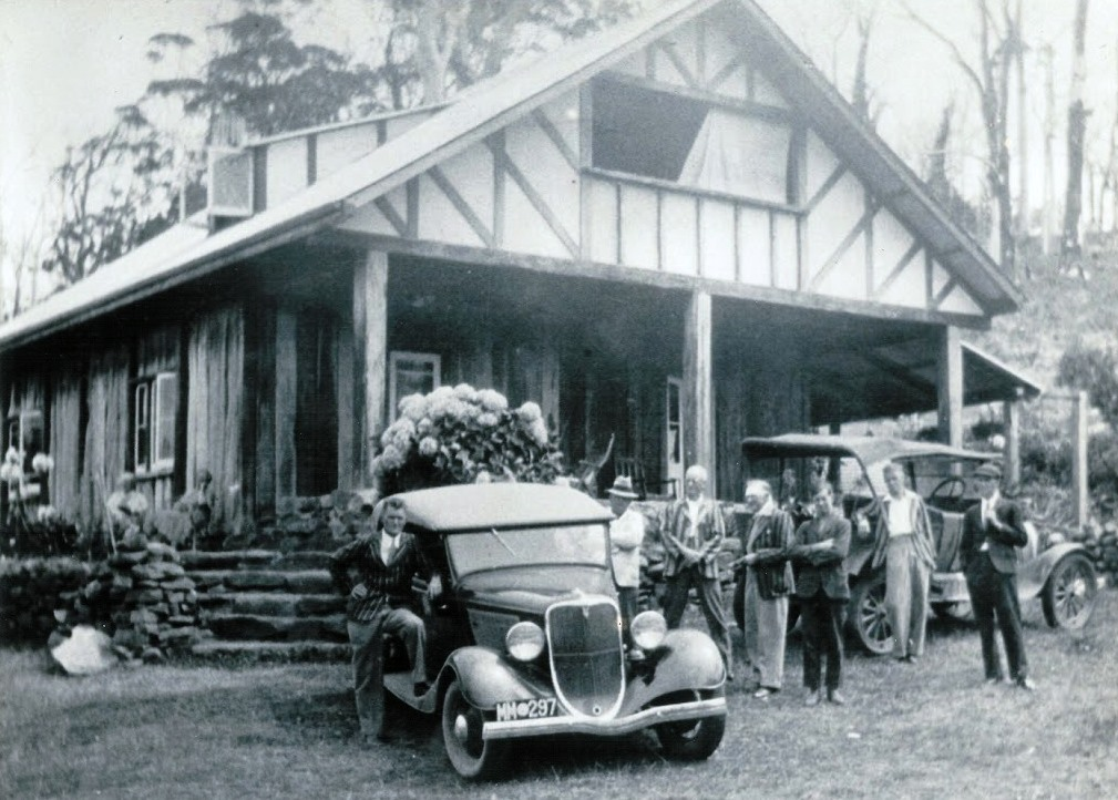 Tinglewood Homestead with guests. Frank Skinner Thompson 4th from left, Frank Thompson 5th from left (c1930)